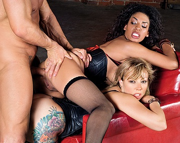 Private HD porn video: Adrianna Nicole en Desiree Diamond delen een anale creampie