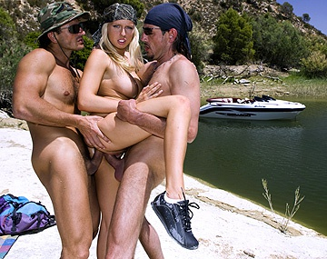 Private HD porn video: La rubia Diana Gold se folla a dos mercenarios en el lago y les ordena una doble penetración