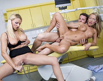 Private HD porn video: Vivien et Winnie se tapent partagent une queue pour leur cul