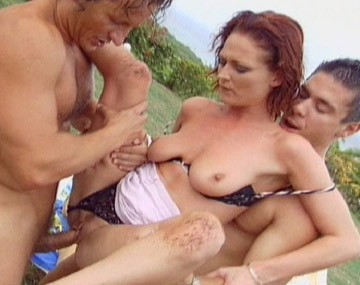 Private  porn video: Donna Marie se fait baiser par trois étudiants en plein air!