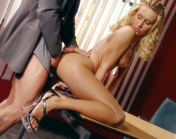 Private  porn video: In ruil voor een facial mag de baas de sexy blonde secretaresse neuken